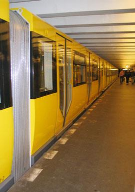 Seitenansicht: U Bahn Berlin, Baureihe H. Foto: Helga Karl