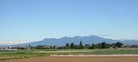 蔵窓から眺める赤城山と深谷ねぎ畑