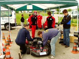 Oliver Vogel (mit Helm) bei der Startvorbereitung. Rechts daneben Andreas Prautsch und David Golz (MC Jena)