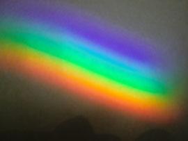 たまたまグラスに反射した光が地面に虹をつくった。きれい!