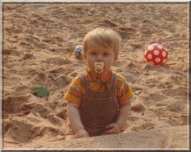 Mit meinem Lieblingsschnuller in meiner Sandkiste