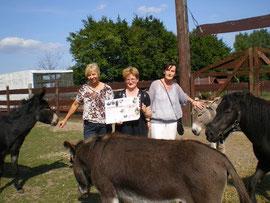 Friederike Volker (Mitte) mit dem Spendenscheck für unseren Hof.