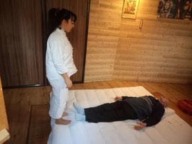 séance de zen-shiatsu sur une personne âgée avec shiatsu-zen.net Agen