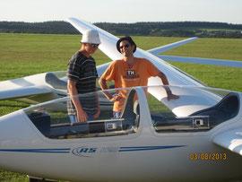 Mika (links) mit Fluglehrer Jan Bodenheim
