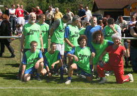 Mannschaftsfoto: MitarbeiterInnen von Adelheidstift und Sozialtherapeutischen Gemeinschaften Weckelweiler