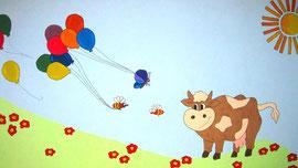 Kinder feiern auf dem Bauernhof