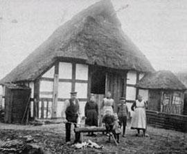 Heuerlingsfamile vor dem Heuerhaus  (c) Stadtfotoarchiv Heimatverein Lohn
