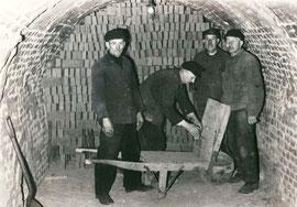 Im Ringofen - Rohlinge werden aufgestapelt