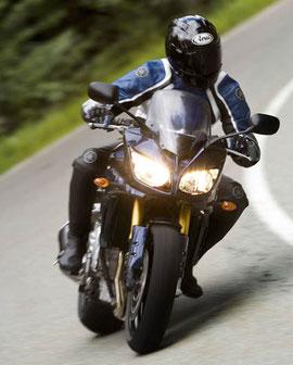 Die Halbschalenverkleidung der Yamaha FZ1 Fazer bietet 2006 ein Plus an Windschutz.