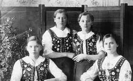 Boguszanki. Siedzą Ewa Sydoriak i Barbara Borniak, stoją Stefania Maciejewska i Oryna Śliwa, rok 1940