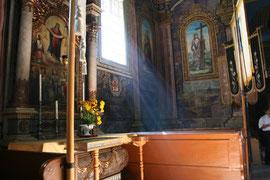 Wnętrze cerkwi Opieki Matki Bożej w Hańczowej Obraz znajdujący się w tym bocznym ołtarzu znajduje się również w prawym dolnym rogu ikonostasu.
