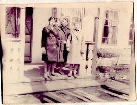 Коллектив библиотеки в 60 годы: Рец Татьяна Дмитриевна- директор библиотеки - третья слева