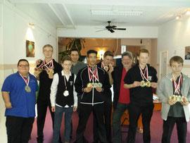 Die Youngsters präsentieren ihre Medaillen zusammen mit dem Präsidenten des Billard-Verband Berlin