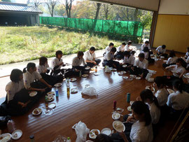 お昼はみんなで食べました!