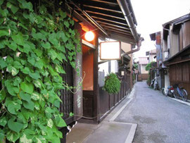 飛騨高山の街道筋の古い旅館  「はたご」と呼びたくなる感じが最高でした