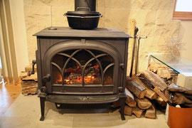 薪ストーブ(メーカーのカタログから)  中では本当の薪が燃えていて山小屋の気分を味わえます
