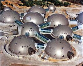 未来都市? ではありません  ポーランドに実際に建っている放送局です