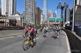 マンハッタンの自転車道  日本も自転車道が整備されると良いのですが