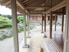 沖縄の現代版縁側 古い家は丸柱です