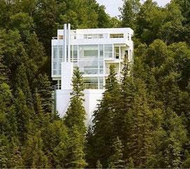 リチャード マイヤーの住宅 すごい崖地に建っていますがアメリカでの話です