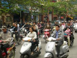 ベトナム、ハノイのバイク集団  とにかくものすごい量です