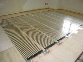 床に敷いた床暖房フィルム  黒い部分が発熱部分で40℃以上にはならない様になっています
