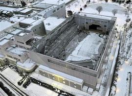 雪の重みで屋根の落ちた体育館  ニュース報道より