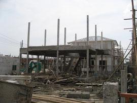 バンコクの住宅現場  木のように細いコンクリートの柱です