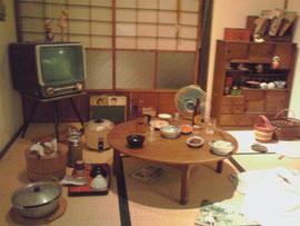 奥にあるのが茶箪笥  昔はこの程度の食器棚で十分だった様です