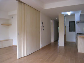 コルクの床とシナ合板の大きな建具