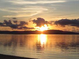 竹富から見た西表島に沈む夕日