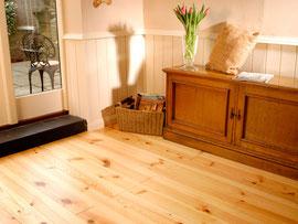 パインの床材に天然オイル塗装仕上げ  パインには節のある物がありこれもデザインになります