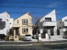 仲良くとんがった屋根の家が並んでいます