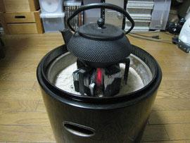 鉄瓶の乗った火鉢