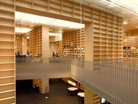最近出来たばかりの武蔵美の図書館 本棚がそのまま全ての間仕切りになっています