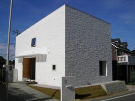 道路に向かってほとんど窓のない家  横浜市の住宅地で