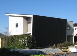 黒いガルバリウムの屋根と外壁の家  白い外壁とのコントラストが鮮やかです