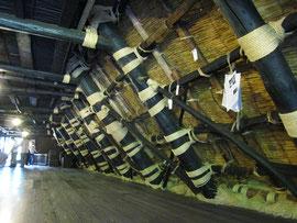白川郷の合掌造り  太い垂木で屋根を支えていて大きな屋根裏部屋ができています