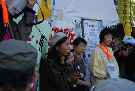 福島で5人のお子さんを育て、農家を営む佐藤幸子さん(左)等