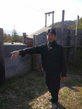 養鹿牧場から食肉加工場に追い込む経路を説明する高倉所長