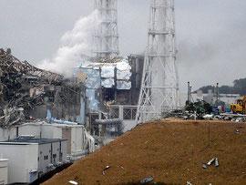 依然として予断を許さない状況が続く福島第一原発3号機(左手前)、4号機   Photo By Globovisión