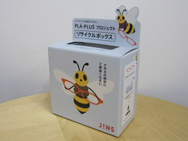 JINS店頭に置かれる「PLA-PLUSプロジェクト メガネリサイクルBOX」