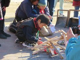 火の着きやすい薪の組み方を学びます