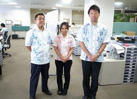 沖縄では、かりゆしウェアは夏の正装として定着している(左が仲宗根センター長)