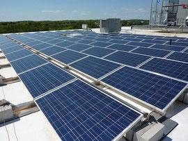公共施設の屋根に取り付けられた太陽光パネル Photo by Cummings Properties