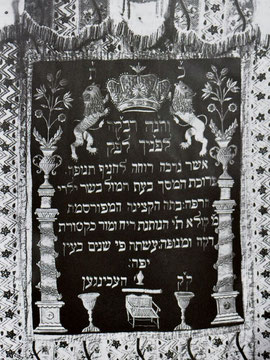 Toravorhang, der bei einer Beschneidung angebracht war, gestiftet 1803 von Michle Kaulla. - Aus: Manuel Werner: Die Juden in Hechingen als religiöse Gemeinde. In: ZHG 20/1984, Seite: 198