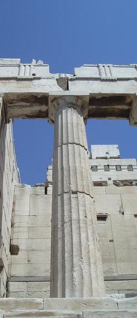 El templo de Athenea Niké desde el propileo de la Acrópolis