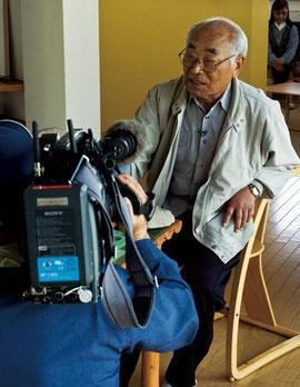 NHKに取材を受ける、田子町文化財審議会会長 馬場 清 氏 2012年5月17日