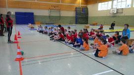 Das Teilnehmerfeld bei der Begrüßung durch Schulsportkoordinator Theo Schätte