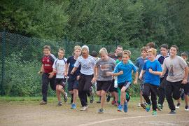 Die Jungen aus den 7. Klassen beim 1000m Start.